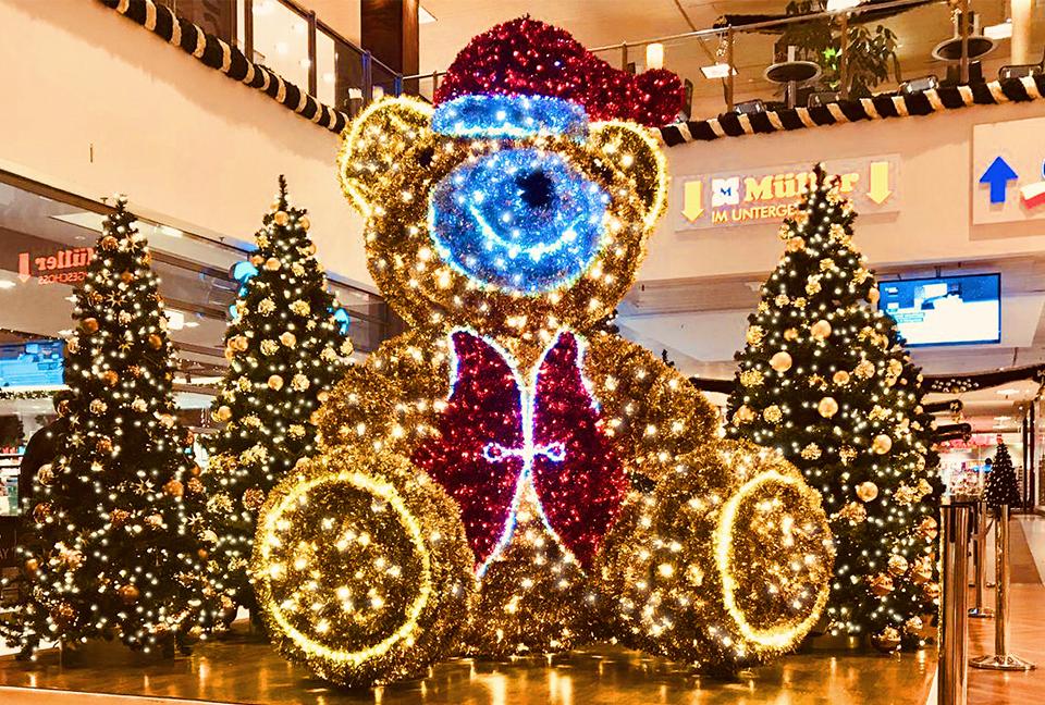 Riesiger Teddybär mit unzähligen LED Lichtern und Weihnachtsbäume als Groß-Dekoration im Shoppingcenter