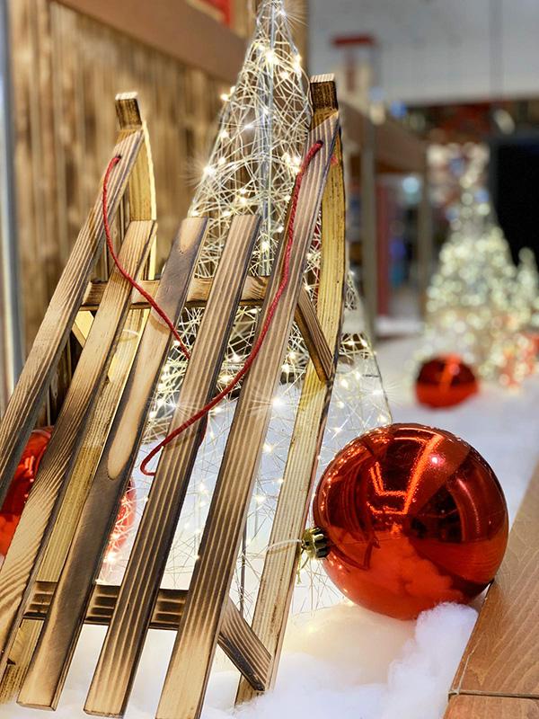 Winterdekoration im Shoppingcenter mit Schlitten und Kugeln