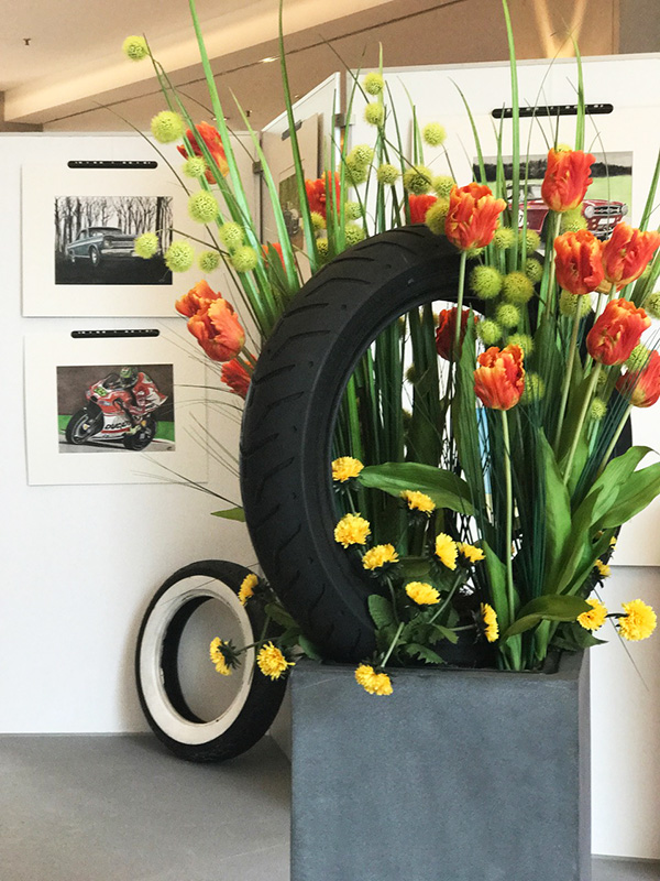 Reifendekoration mit Blumen