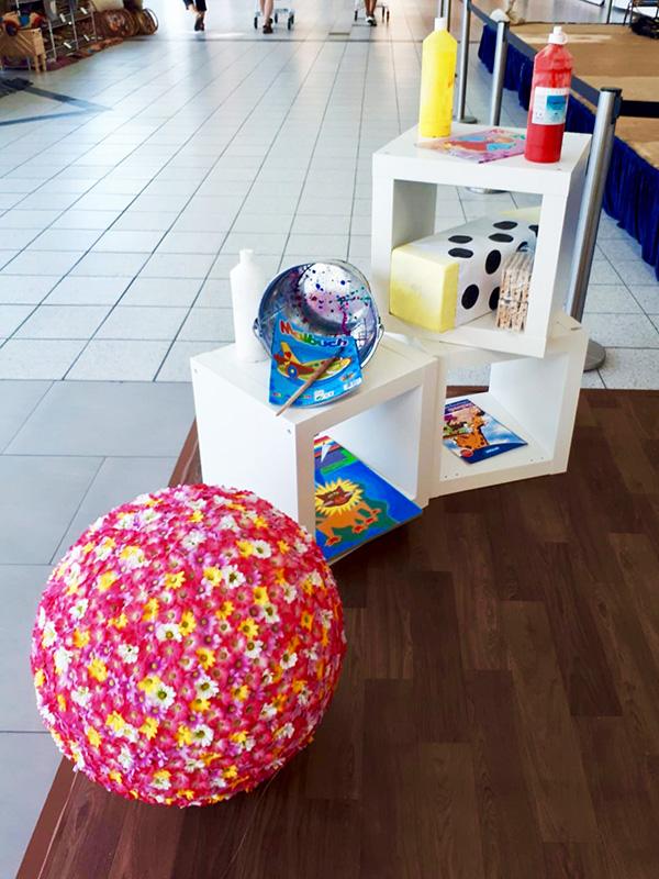 Blumenball und Regale in der Mall