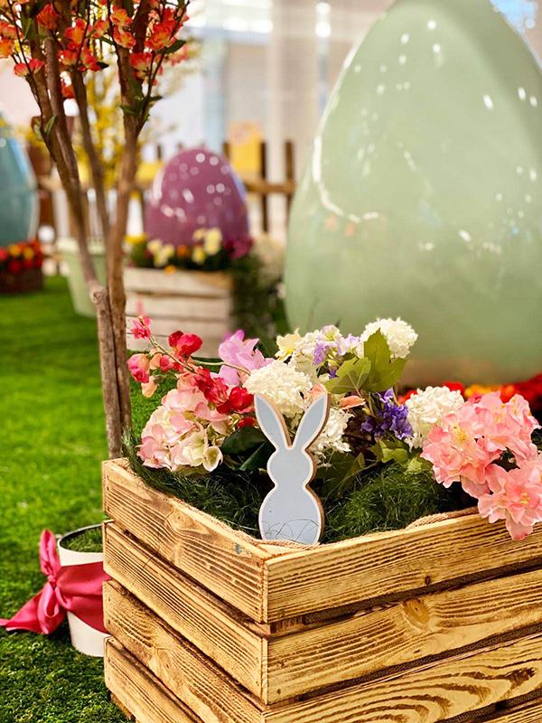Osterkiste aus Holz mit Blumen
