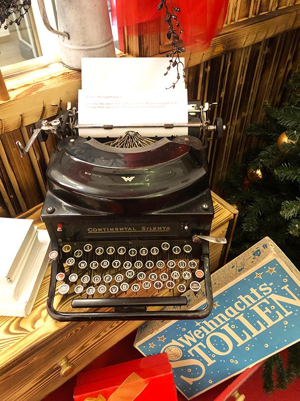 alte Schreibmaschine als Weihnachtsdekoration