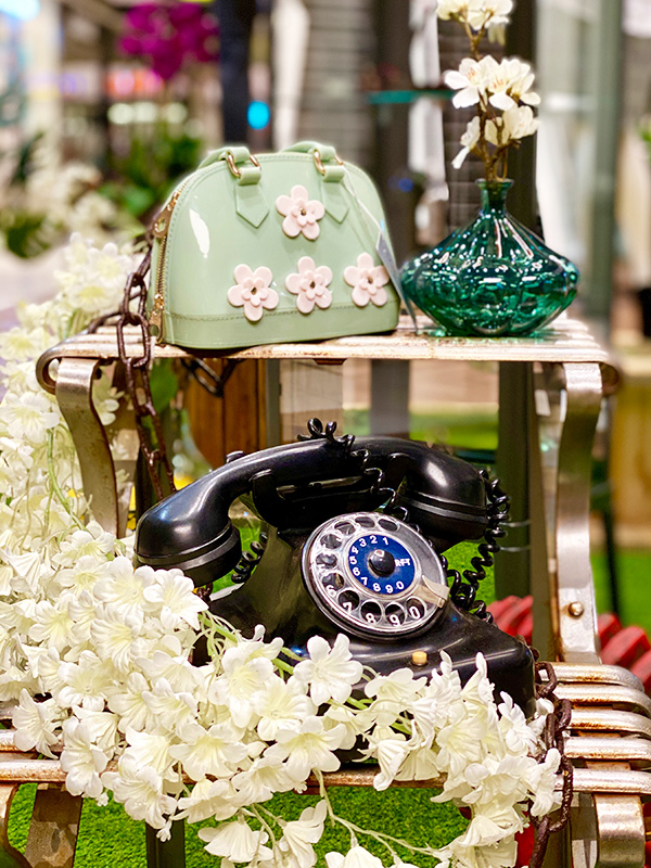 Nostalgisches Telefon und Retro Tasche