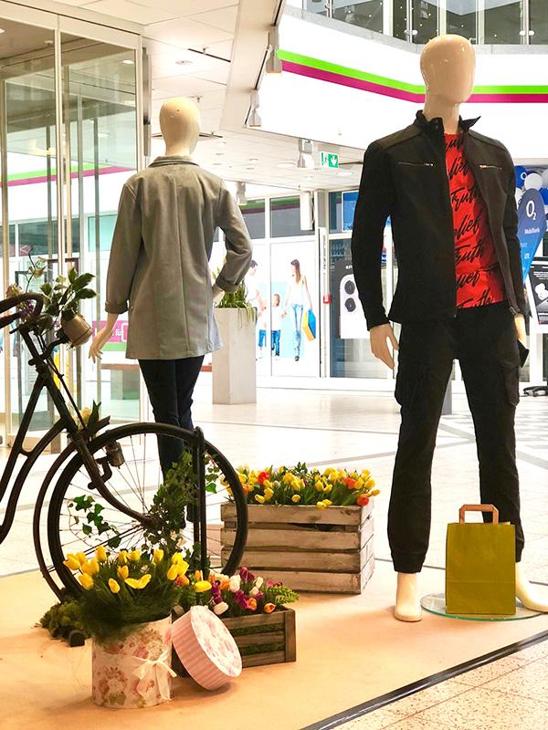 Holzkisten mit Blumen für Modepräsentation