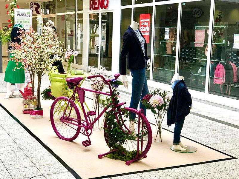 Fahrrad in pink und Blumen als Dekoration für Mode