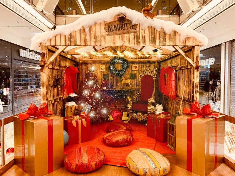 Weihnachtlich dekorierte Almhütte