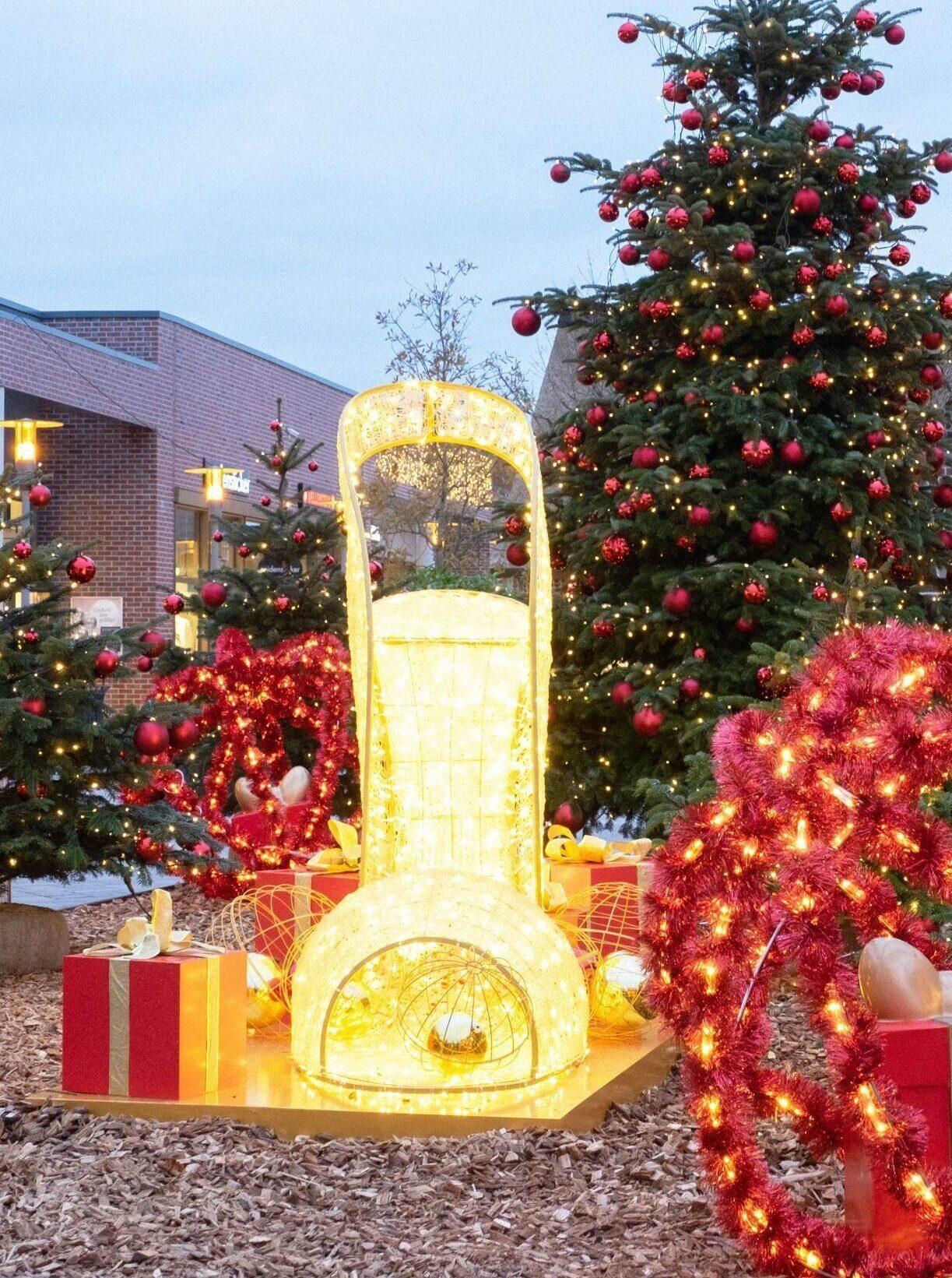 LED Damenschuh und Weihnachtsbaum im Outdoor Bereich