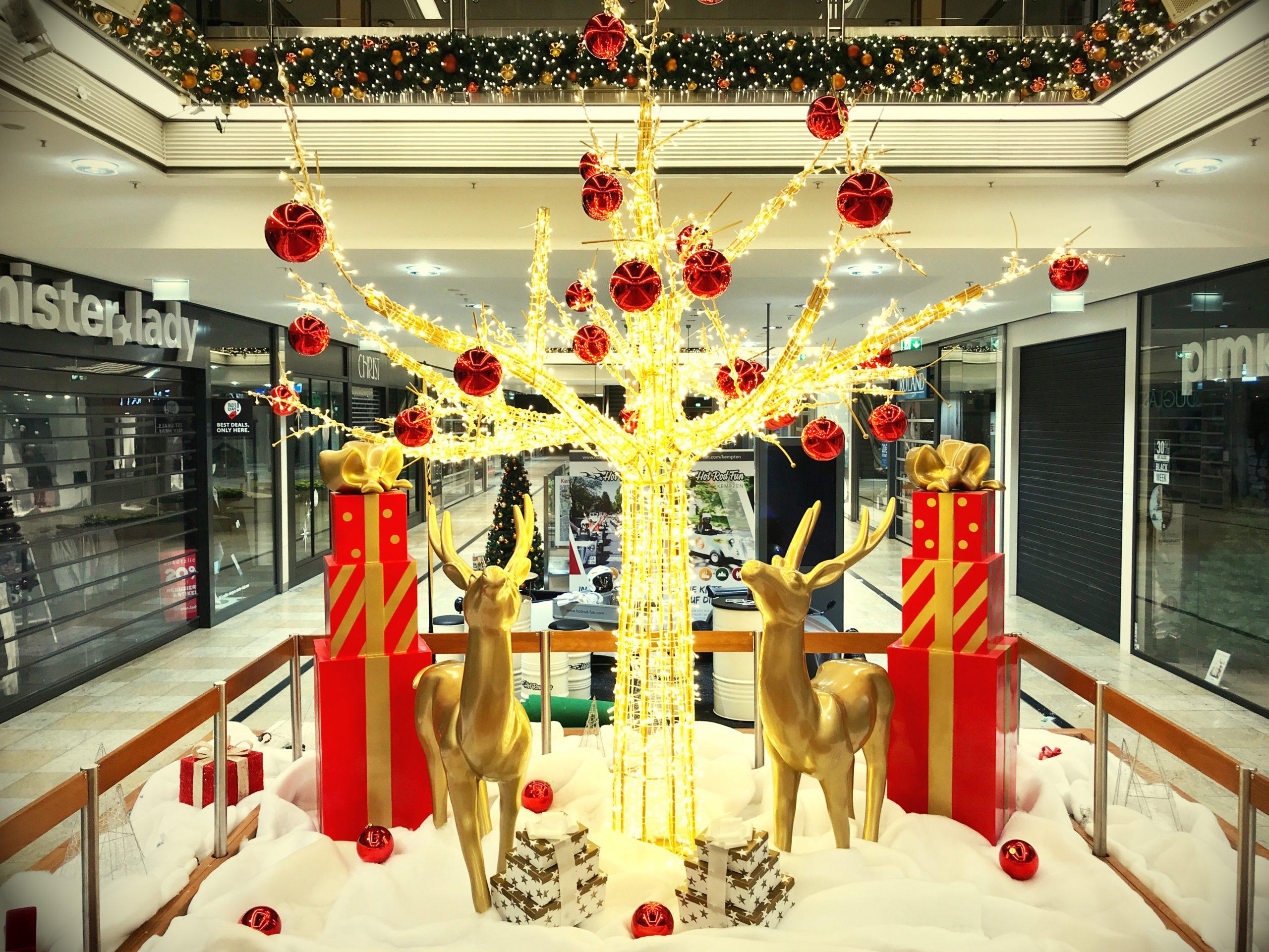 LED Baum und goldene Rentiere als Weihnachtsdeko