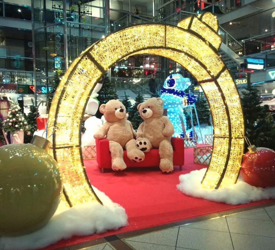 LED Torbogen zum Sofa mit Teddys