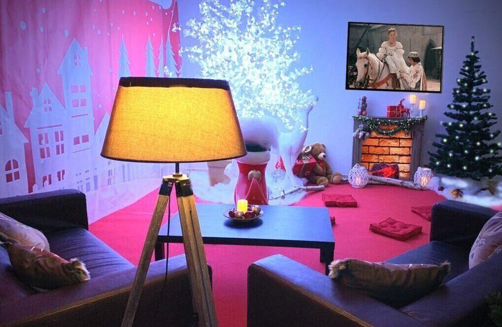 Leerstand ausdekoriert mit Sesseln, Lampe und Kamin