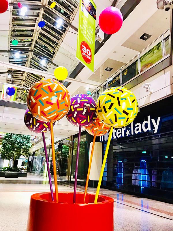 Cake Pops in bunt zur Dekoration im Mall Gang