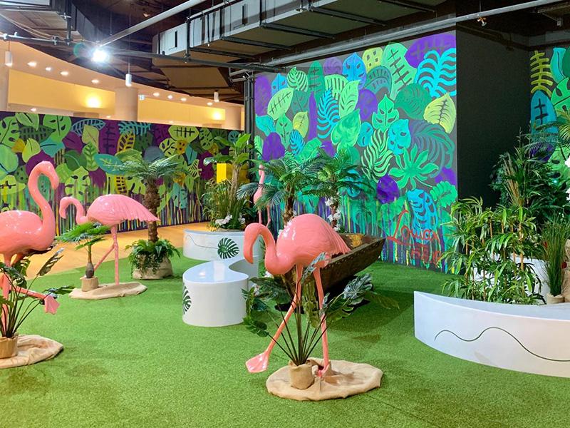 Dschungel als Leerstandsdekoration mit Flamingos