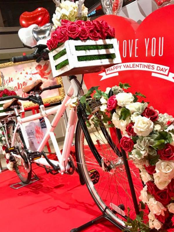 Tandem weißes Doppel Fahrrad mit Blumen zum Valentinstag