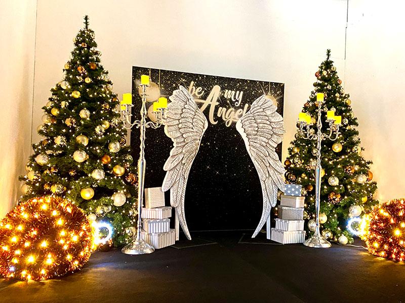 Leerstand mit Weihnachtsobjekten: Engelsflügel und geschmückte Weihnachtsbäume