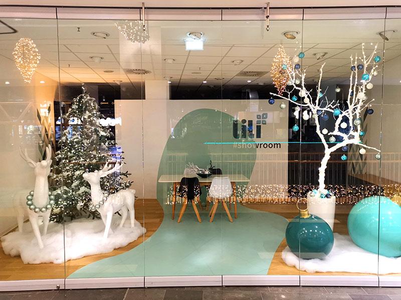 Leerstand mit Weihnachtsobjekten in weiß und mint