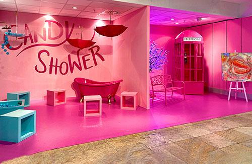 Leerstandsdekoration im Shoppingcenter mit pinkfarbenen Elementen