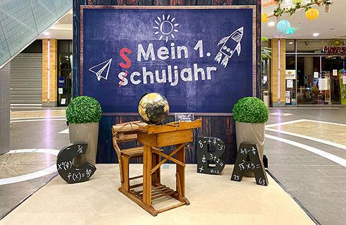 Dekoration zum Schulanfang im Shoppingcenter