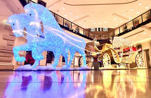 LED-Kutsche mit Pferden als Dekoration im Shoppingcenter