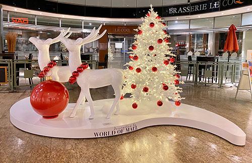 Weihnachtsdekoration mit weißen Hirschen und Weihnachtsbaum