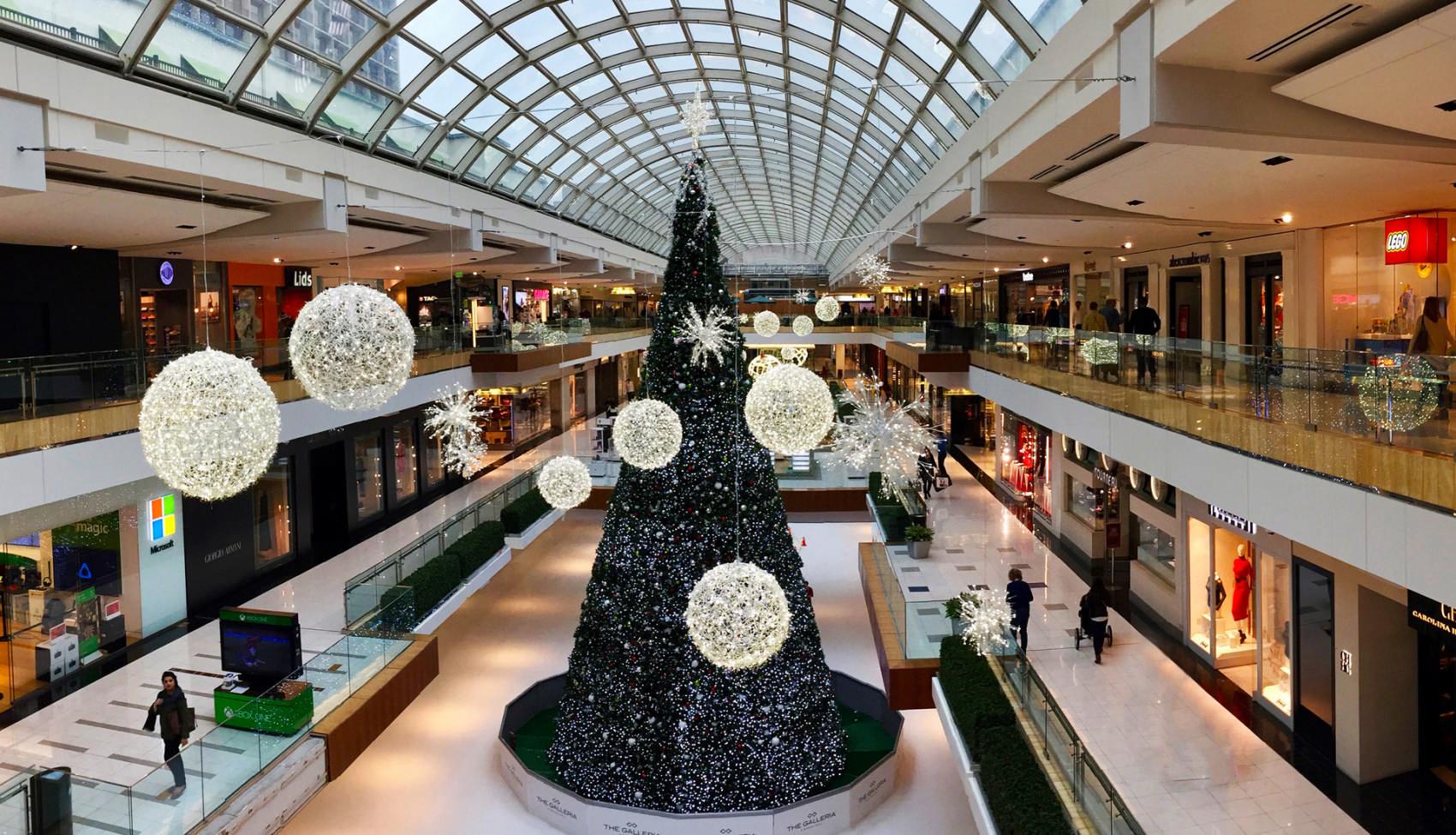 Galerie eines Shoppingcenters mit Weihnachtsdekoration geschmückt