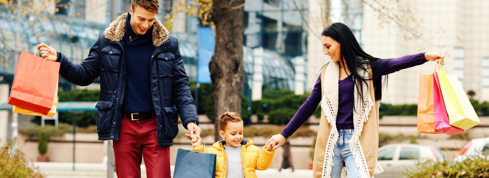 Glückliche Familie beim Shopping in der Mall