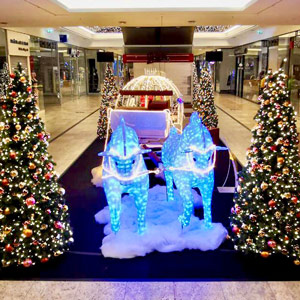 LED Weihnachtskutsche mit Pferden im Shoppingcenter