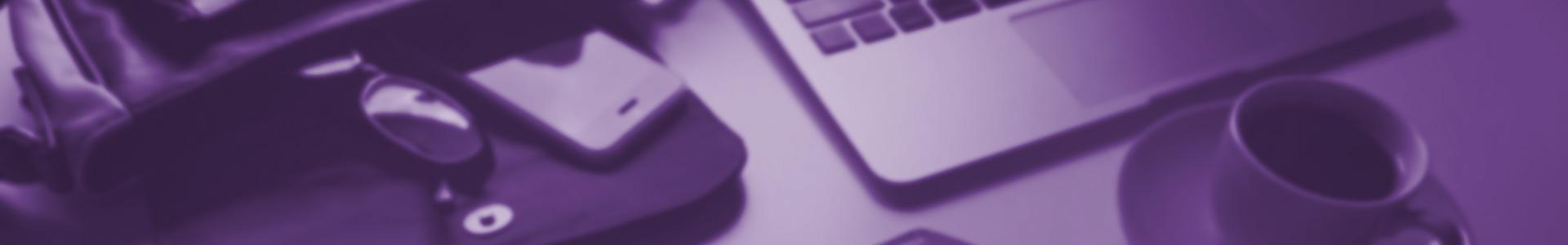 Laptop, Smartphone, Tasche und Kaffeetasse