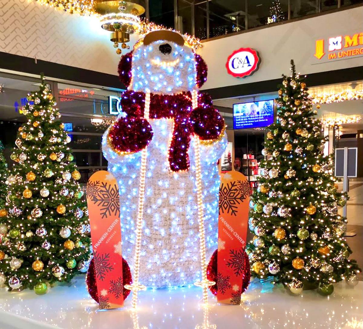 LED Eisbär mit Weihnachtsbäumen als Groß-Dekoration im Shoppingcenter