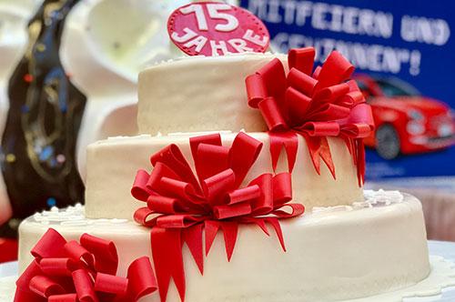 Torte mit roten Schleifen - Centergeburtstag und Eventdekoration