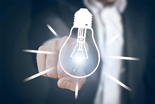 Glühbirne und Mann - Ideen - Marketingkonzept